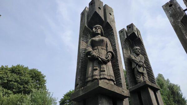 Резной мемориал советским воинам в Литве - Sputnik Латвия