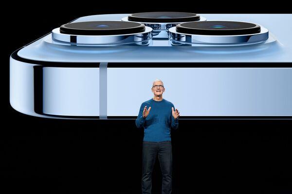 Тим Кук рассказывает об обновленной камере iPhone 13 Pro во время презентации новинок в штаб-квартире Apple - Sputnik Латвия
