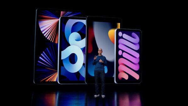 Тим Кук представляет последние версии iPad и  iPad mini во время презентации в Купертино - Sputnik Латвия