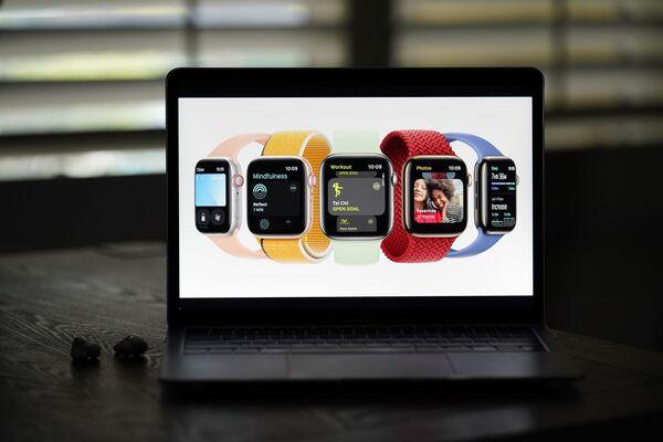 Новые Apple Watch Series 7 на экране ноутбука  - Sputnik Латвия