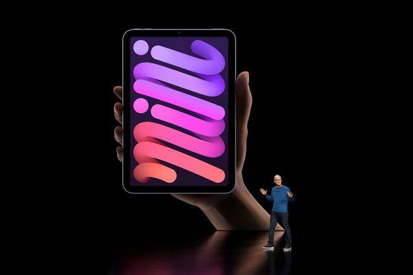 Тим Кук представляет новый iPad mini во время презентации в Купертино - Sputnik Латвия