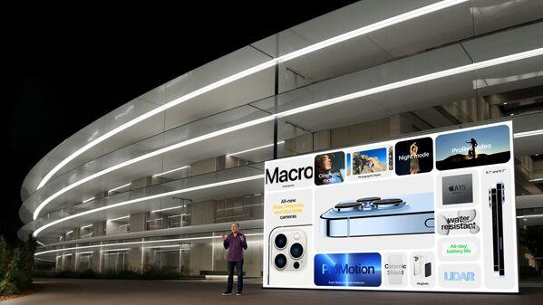 Вице-президент Apple по маркетингу Грег Джосвиак рассказывает о новых iPhone 13 Pro и iPhone 13 Pro Max во время мероприятия в штаб-квартире Apple - Sputnik Латвия
