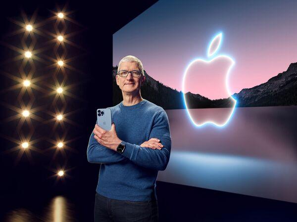 Тим Кук держит iPhone 13 Pro Max и надел Apple Watch Series 7 во время презентации в Купертино - Sputnik Латвия