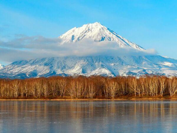 Rudenīgās Kamčatkas skaistums slēpjas kontrastos – spilgts lapu paklājs un sniegotas sopkas. Vēss, taču patīkams laiks un tvaiki termālajos avots. Protams, arī sēnes, ogas, makšķerēšana un ekskursijas. Slavenie lāči arī aktīvi ķer zivis - Sputnik Latvija