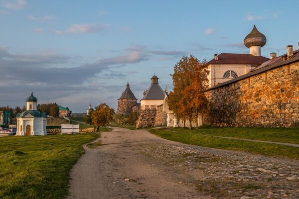Rudens sezona Solovkos ir ļoti īpašs laiks, kad ciemiņi var pabūt vietatnē ar pieminekļiem, ar dabu, vai apciemot vietējo Botānisko dārzu, kur redzamas ziemeļiem nepavisam neraksturīgas kultūras - Sputnik Latvija