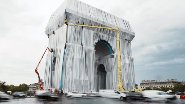 Обернутая в ткань Триумфальная арка в Париже - посмертная инсталляция болгарского художника Христо - Sputnik Latvija