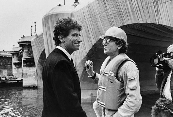 Francijas kultūras ministrs Džeks Langs un bulgāru izcelsmes mākslinieks Kristo pie audumā ietīta Le Pont Neuf (Jaunais tilts) Parīzē, 1985. gads - Sputnik Latvija