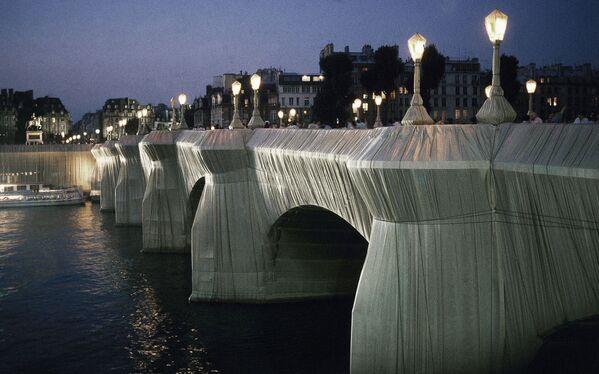 Bulgāru izcelsmes mākslinieka Kristo instalācija Le Pont Neuf (Jaunais tilts) Parīzē, 1985. gads - Sputnik Latvija