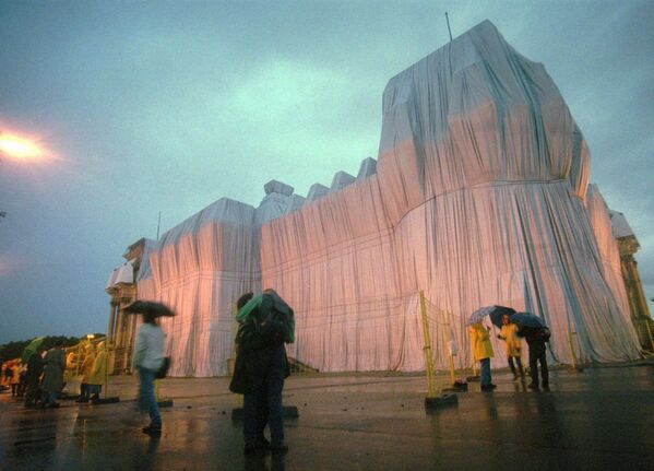 """Bulgāru izcelsmes amerikāņu mākslinieka Kristo projekts """"Wrapped Reichstag"""" (Ietīts Reihstāgs) Berlīne, 1995. gads - Sputnik Latvija"""
