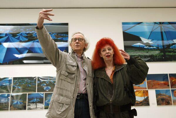 Bulgāru izcelsmes amerikāņu mākslinieks Kristo ar dzīvesbiedri, franču un amerikāņu mākslinieci Žannu Klodu de Gijebonu, Šveice, 2004. gads - Sputnik Latvija