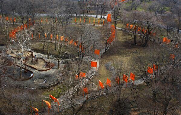 """Ņujorkas vēsturē lielākais publiskais mākslas projekts """"The Gates"""" (Vārti) Centrālajā parkā, 2003. gads - Sputnik Latvija"""