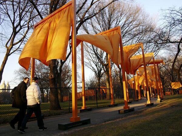 """Ņujorkas vēsturē lielākais publiskais mākslas projekts """"The Gates"""" (Vārti) Centrālajā parkā, 2003. gadsBulgāru izcelsmes amerikāņu mākslinieka Kristo instalācija """"Surrounded Islands"""" (Aplenktās salas) Maiami, ASV - Sputnik Latvija"""