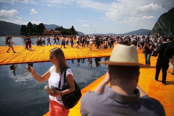 """Bulgāru izcelsmes amerikāņu mākslinieka Kristo instalācija """"The Floating Piers"""" (Peldošais mols) Izeo ezerā, Itālija - Sputnik Latvija"""