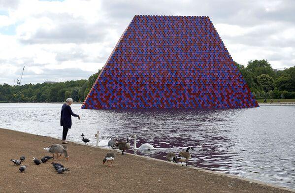 """Bulgāru izcelsmes amerikāņu mākslinieka Kristo instalācija """"Mastaba"""" Haidparkā, Londona - Sputnik Latvija"""