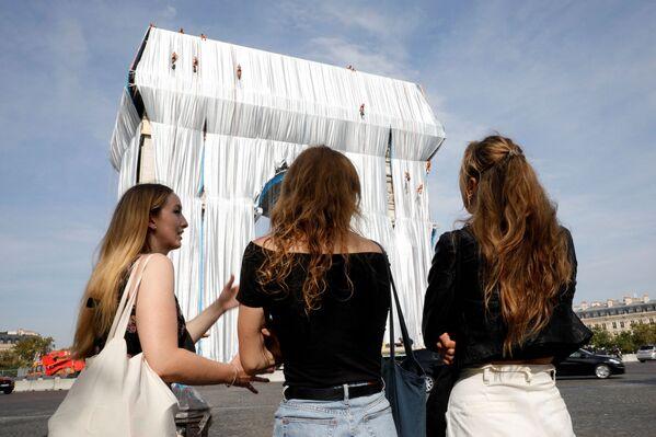 Audumā ietīta Triumfa arka Parīzē - bulgāru izcelsmes mākslinieka Kristo pēcnāves instalācija - Sputnik Latvija
