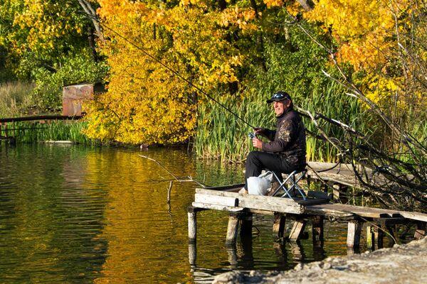 """Maskavā un Piemaskavā rudens vēl tikai sākas, koki saglabājuši vasarīgas krāsas. Lapkritis un zeltainas ainavas būs oktobrī. Īstais laiks romantiskām pastaigām pa muižām, piemēram, Abramcevo vai Muranovo, pa parkiem. Pat pusaizmirsti, teiksim, Suhanovo, dāvās neaizmirstamus iespaidus. Galvaspilsētā jau plāno festivālu """"Zelta rudens"""". Interesanti pasākumi pilsētas centrā un parkos, izstādes, gastronomijas svētki gaida ciemiņus - Sputnik Latvija"""