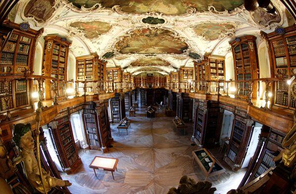 Svētā Galla klostera bibliotēka – senākā grāmatu krātuve Šveicē - Sputnik Latvija