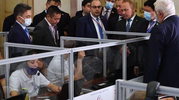 Работа ситуационного центра по наблюдению за выборами в Общественной палате РФ - Sputnik Латвия