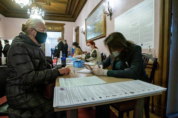 В здании посольства России в Латвии открылся участок № 8179 для голосования на выборах депутатов Государственной Думы Федерального Собрания Российской Федерации восьмого созыва - Sputnik Латвия