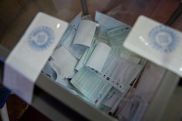 Урны для голосования тщательно опечатываются. - Sputnik Латвия
