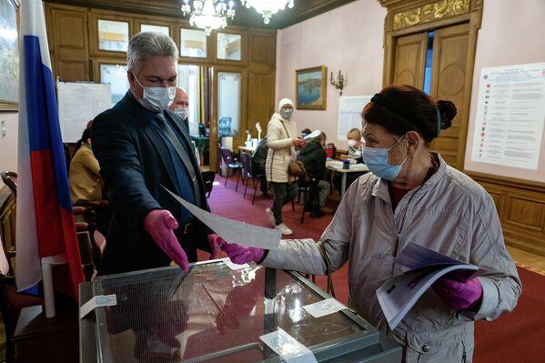 В ходе голосования соблюдаются меры эпидемиологической безопасности. - Sputnik Латвия