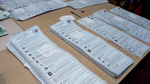 Партия Единая Россия лидирует при подсчете голосов на участке в посольстве России в Латвии - Sputnik Латвия