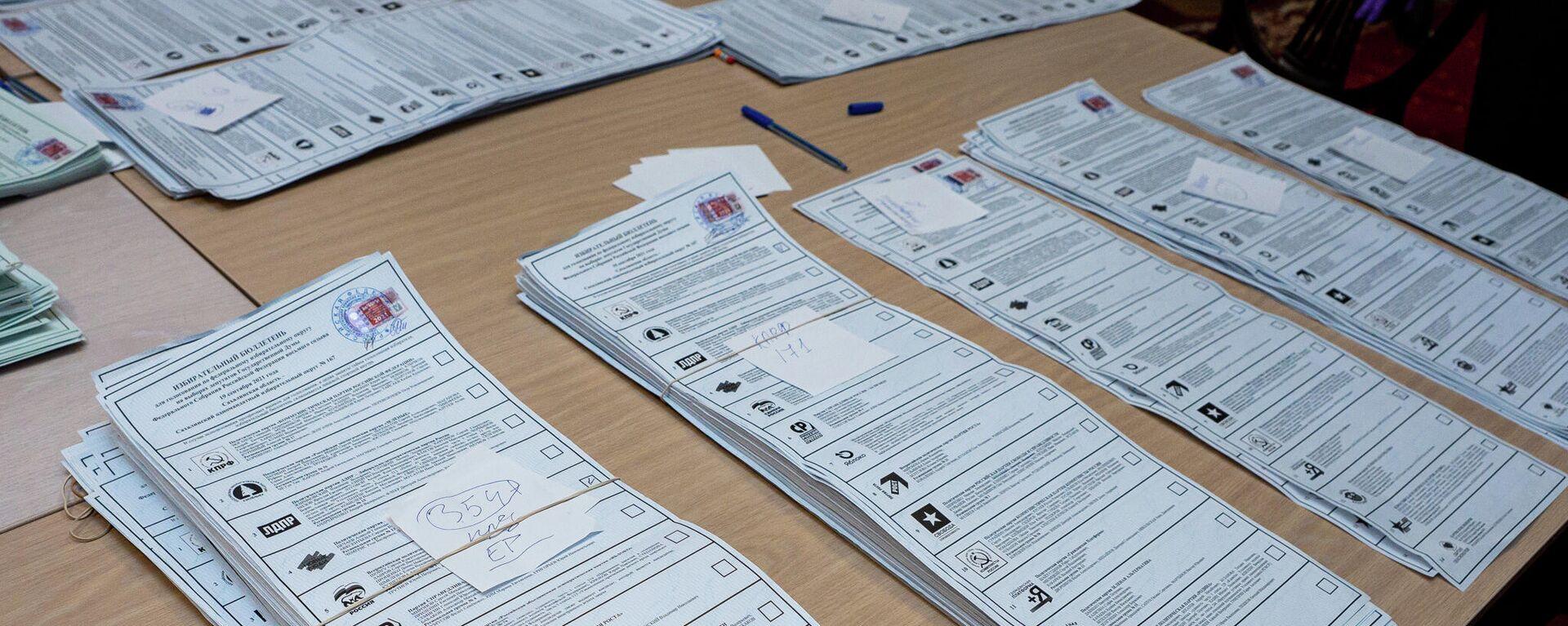 Партия Единая Россия лидирует при подсчете голосов на участке в посольстве России в Латвии - Sputnik Латвия, 1920, 20.09.2021