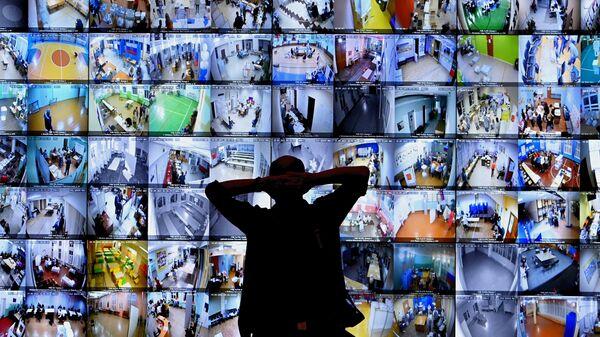 Экраны с участками для голосования в ЦИК РФ во время выборов в Госдуму 2021 года - Sputnik Латвия