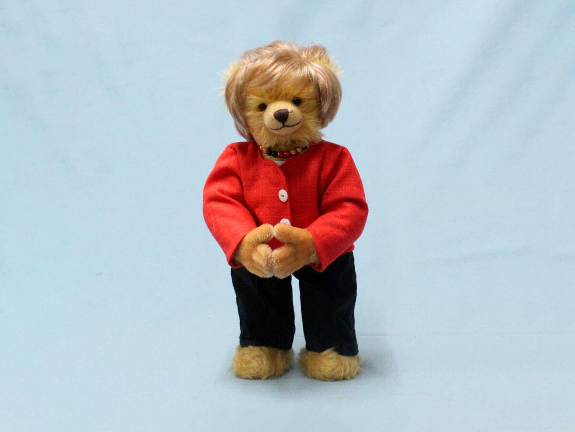 Немецкая фабрика по производству плюшевых игрушек выпустила медвежонка в образе канцлера Германии Ангелы Меркель - Sputnik Латвия, 1920, 21.09.2021