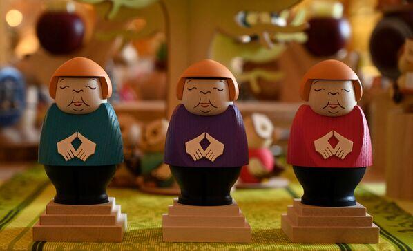 """Uzņēmuma """" Seiffener Volkskunst"""" saražotās Angelas Merkeles koka miniatūras. - Sputnik Latvija"""