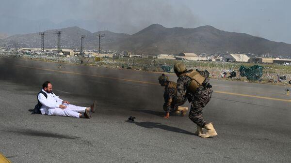 Бойцы спецназа «Талибан Бадри» и журналист встают после того, как упали из машины в аэропорту Кабула - Sputnik Latvija