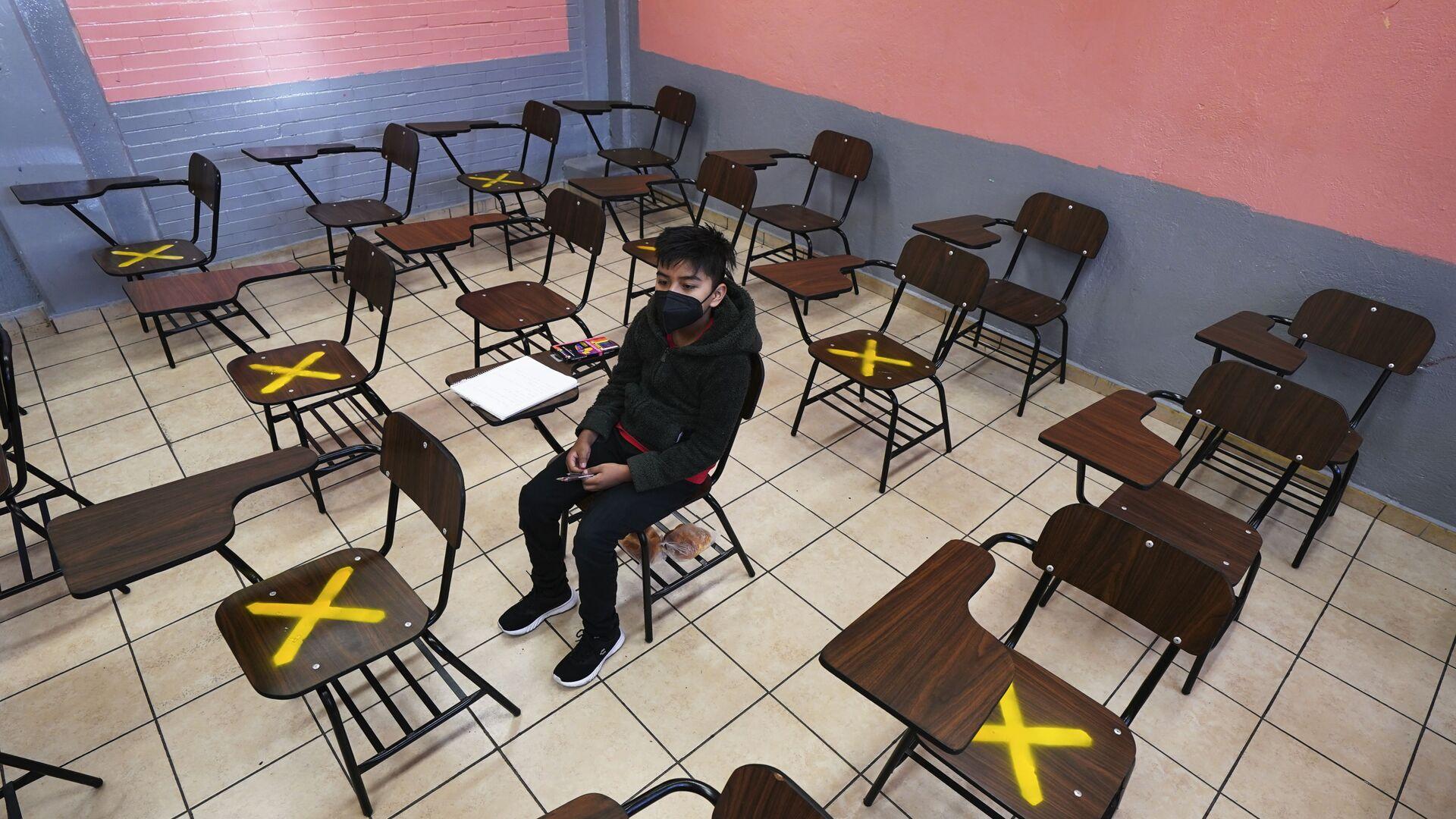Ученик во время индивидуального занятия в школе в Истакалько, Мексика - Sputnik Латвия, 1920, 06.10.2021