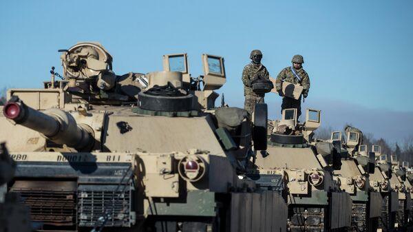 Американские военные готовят танки Абрамс к разгрузке на железнодорожной станции в Литве - Sputnik Latvija