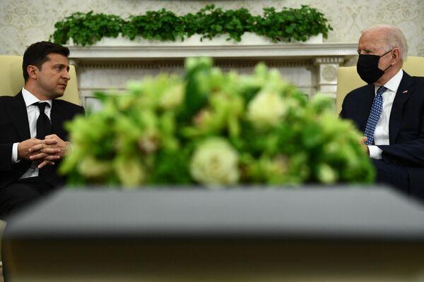 ASV un Ukrainas prezidentu Džo Baidena un Vladimira Zeļenska tikšanās Baltajā namā - Sputnik Latvija