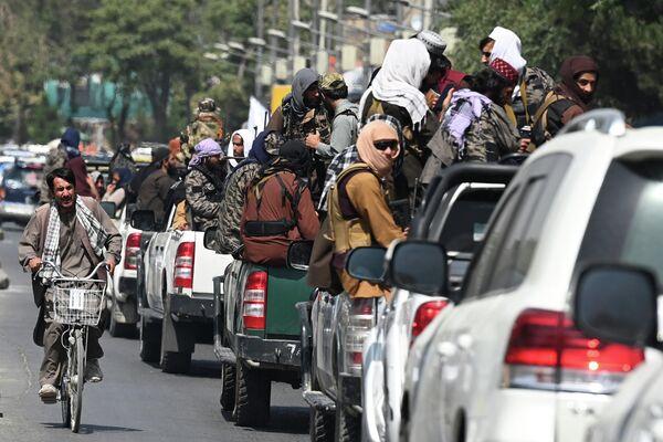 """Automašīnas ar """"Taliban"""" kaujiniekiek Kabulā - Sputnik Latvija"""