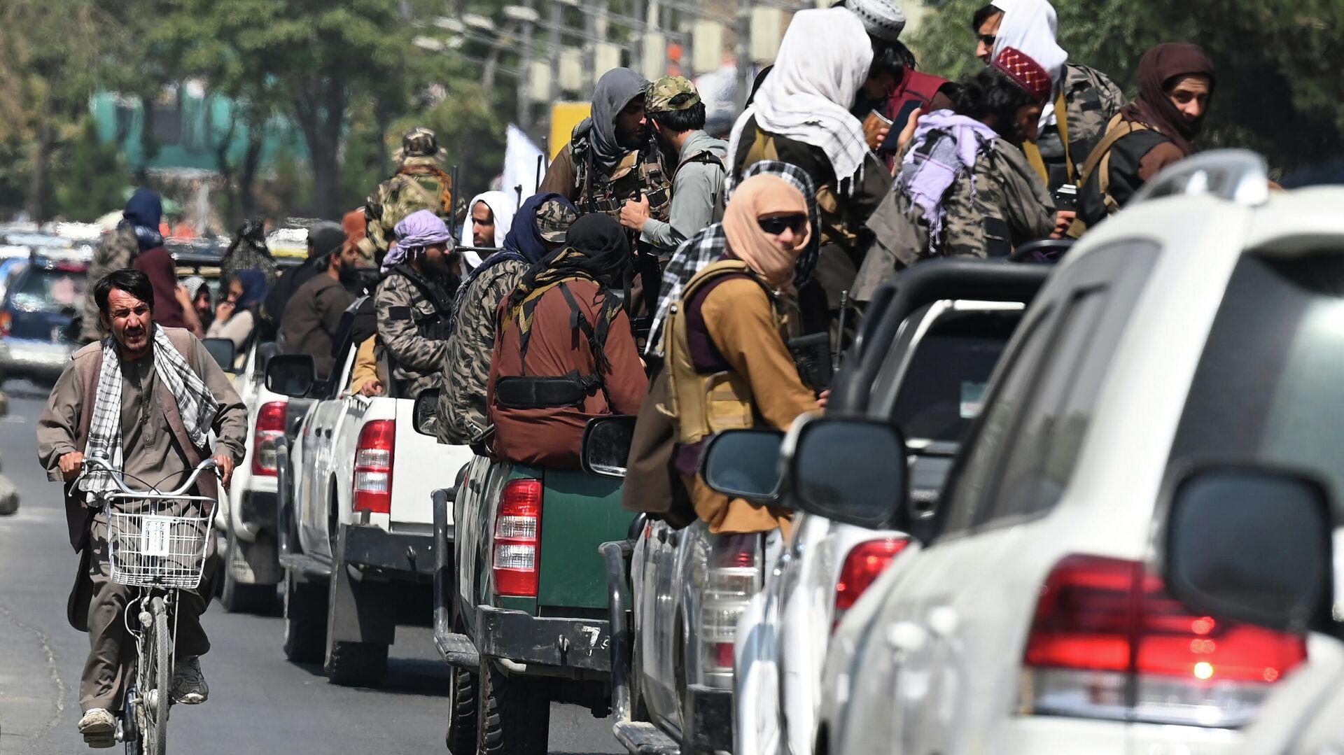 Автомобили с бойцами Талибана в Кабуле (движение запрещено в России как террористическое) - Sputnik Латвия, 1920, 23.09.2021