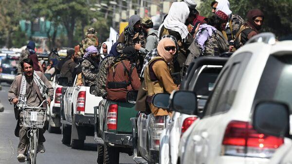 Автомобили с бойцами Талибана в Кабуле (движение запрещено в России как террористическое) - Sputnik Latvija