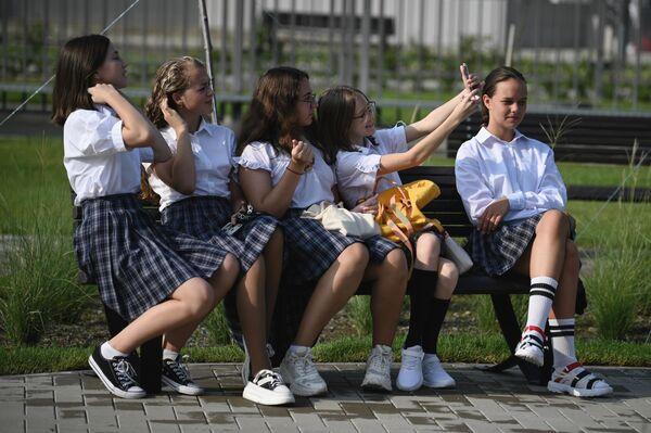 """Skolnieces pirms Zinību dienai veltītās svinīgās līnijas jaunajā izglītības kompleksā federālajā teritorijā """"Sīriuss"""" Sočos - Sputnik Latvija"""