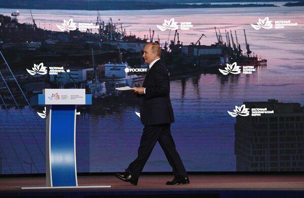 Vladimirs Putins Austrumu ekonomikas foruma plenārsēdē - Sputnik Latvija