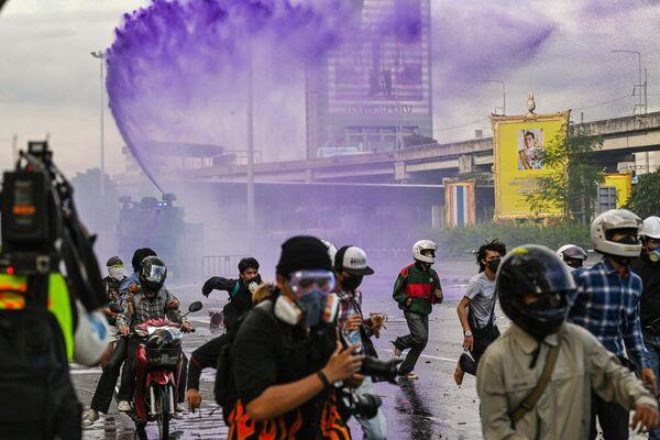Pret valdību vērstas demonstrācijas izkliedēšana Bangkokā ar ūdensmetējiem - Sputnik Latvija