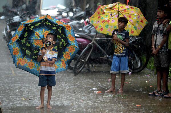 Bērni lietavās Mumbajā piedalās Krišnam veltītā festivālā - Sputnik Latvija
