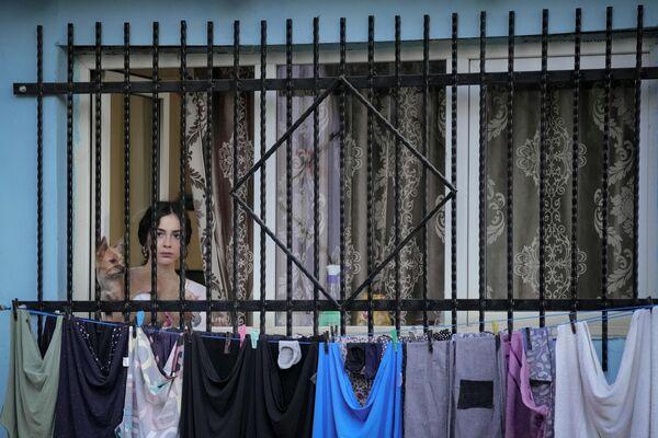 Meitene vēro priekšnesumu zem atklātas debess Bukarestē čigānu teātru festivālā - Sputnik Latvija