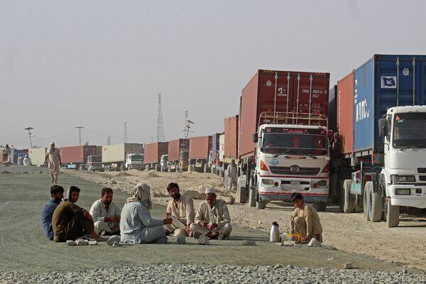 Autovadītāji līdzās konteineru vilcējiem Čamanas pilsētā pie Pakistānas robežas gaida iespēju iebraukt Afganistānā - Sputnik Latvija