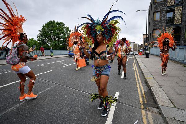 Notinghilas karnevāla dalībnieki Londonā - Sputnik Latvija