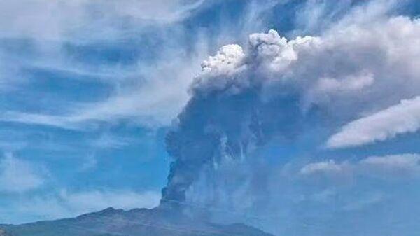 Etnai skauž: tīmeklī pasmējās par Itālijas vulkāna izvirdumu - Sputnik Latvija