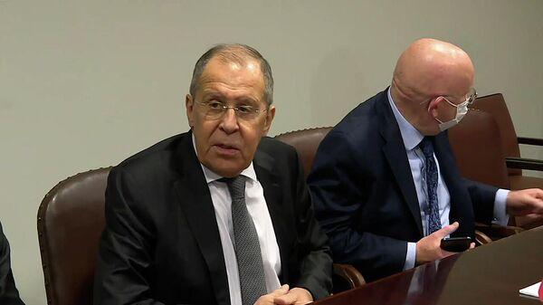 Лавров пошутил про РФ и НАТО, чтобы успокоить журналистов в ООН  - Sputnik Латвия