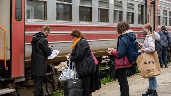 Поезд с вагоном для обладателей COVID-сертификата - Sputnik Латвия