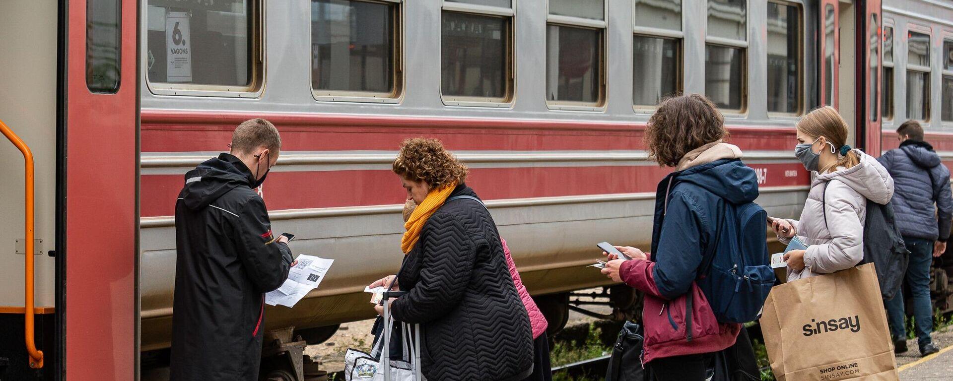 Поезд с вагоном для обладателей ковид-сертификатов - Sputnik Latvija, 1920, 25.09.2021