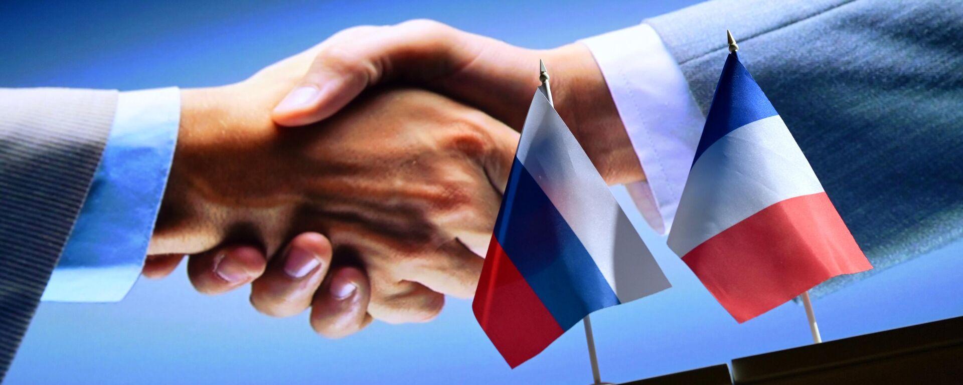 Рукопожатие на фоне государственных флагов России и Франции - Sputnik Latvija, 1920, 25.09.2021