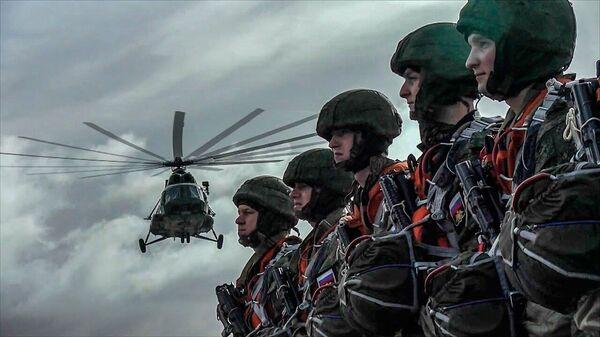 Морская пехота Балтийского флота отработала воздушное десантирование - Sputnik Latvija